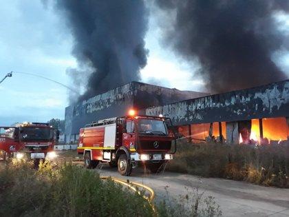 Un incendio de grandes dimensiones calcina una quesería de Agurain (Alava)