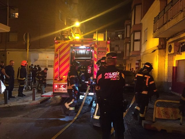 Bomberos del Ayuntamiento de Madrid en el edificio incendiado en Villaverde