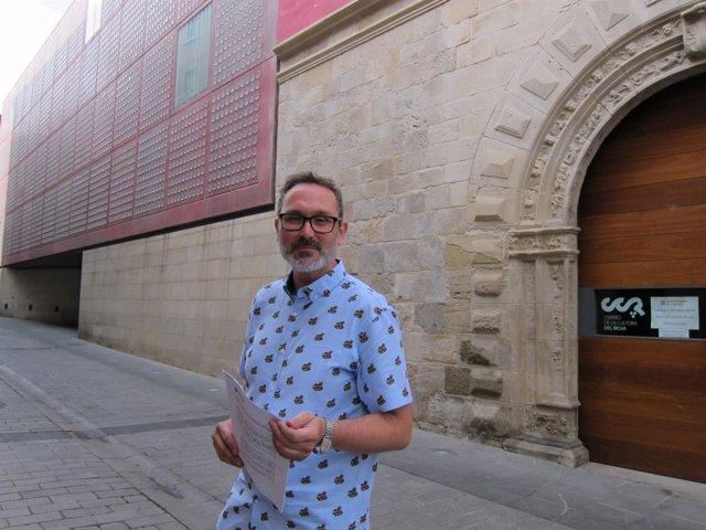 Antoñanzas, con el Centro del Rioja a sus espaldas.