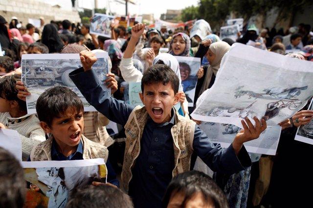 Niños se manifiestan frente a la sede de la ONU en Sadá por los ataques aéreos