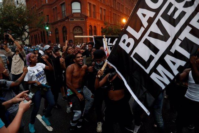 Opositores de la marcha de supremacistas blancos en Washington D.C.