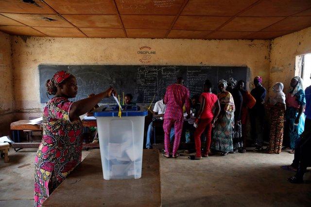 Elecciones en un colegio de Bamako, Malí