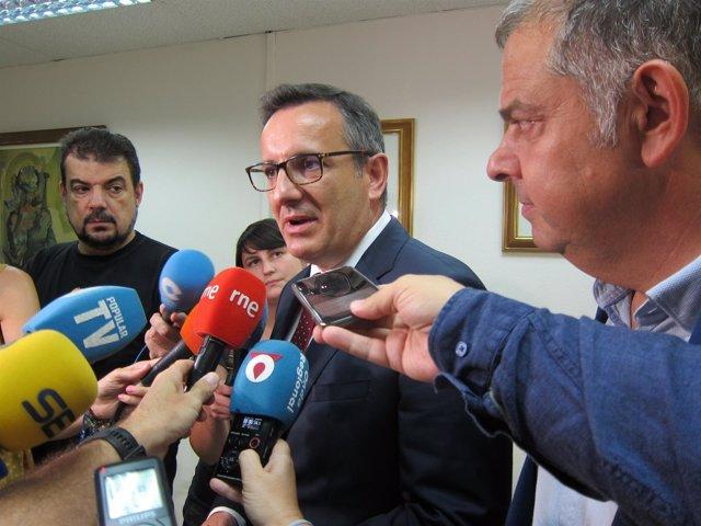 El delegado del Gobierno, Diego Conesa, ante los medios y Lucas Jiménez (Scrats)