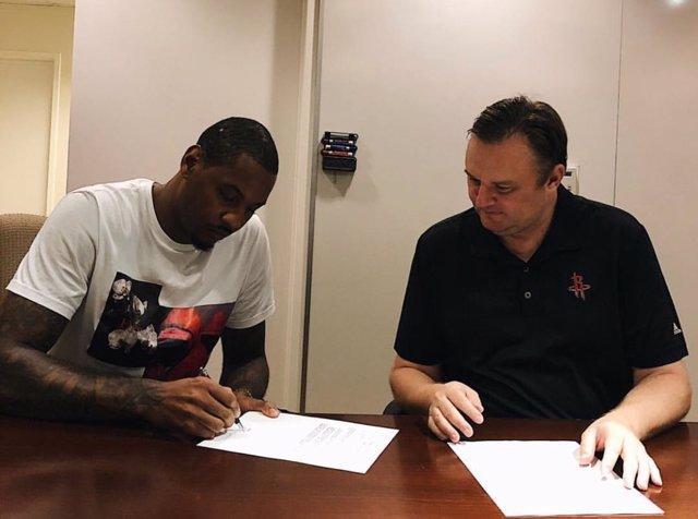Carmelo Anthony firma su contrato como nuevo jugador de los Rockets