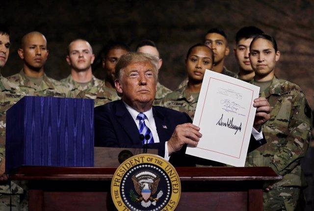 El presidente Trump firma la Ley de Autorización de Denfensa Nacional