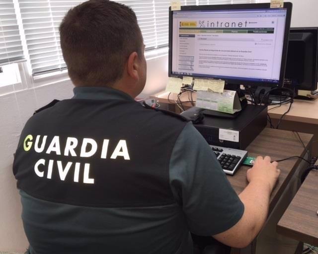 Agente de la Guardia Civil, en una imagen de archivo, usando un ordenador