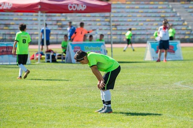Niño practicando deporte, fútbol