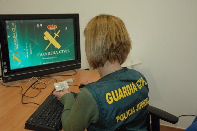 Agente de la Guardia Civil en una imagen de archivo con tarjetas de crédito