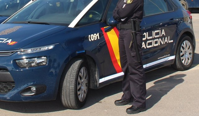 Agente y coche de policía en Valencia