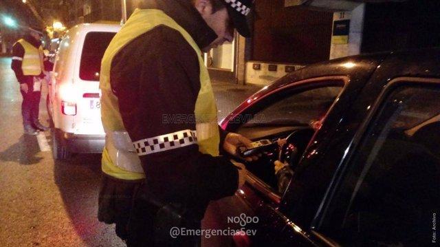 Agente de la Policía Local realiza la prueba de alcoholemia