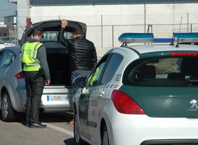 Registro de la Guardia Civil en el vehículo del detenido.