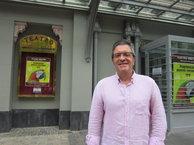 El concejal San Martín frente al Teatro Bretón.
