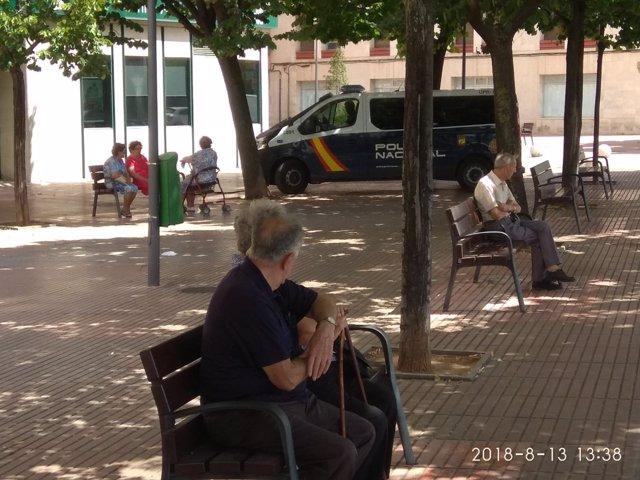 Jóvenes imputados al rociar con nata a un anciano en Logroño