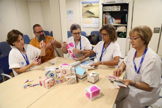 Profesionales de Obstetricia del Vall d'Hebron con las cajas 'Un poco de ti'
