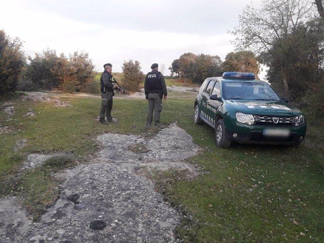 Dos agentes rurales de la Generalitat controlando una zona de caza