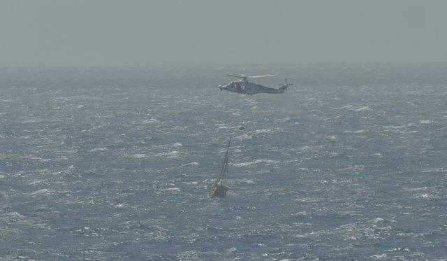 Avión Helimer 206 de Salvamento Marítimo entregando motobomba al velero