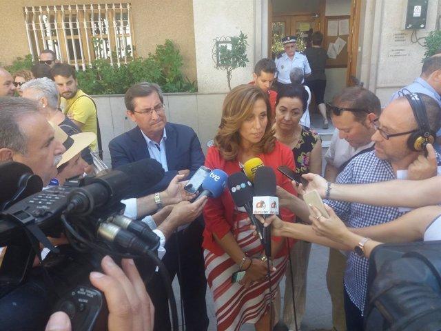 La delegada Inmaculada Oria atiende a los medios