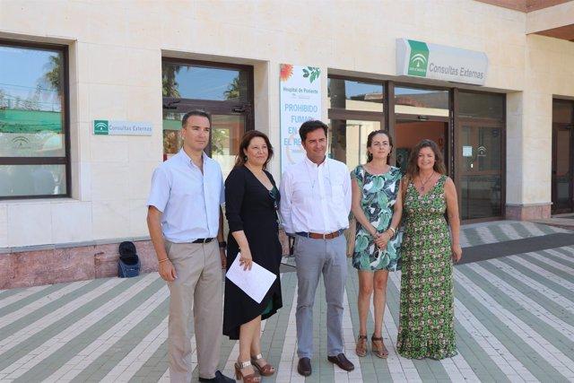 Crespo y Góngora a las puertas del Hospital de Poniente, en El Ejido