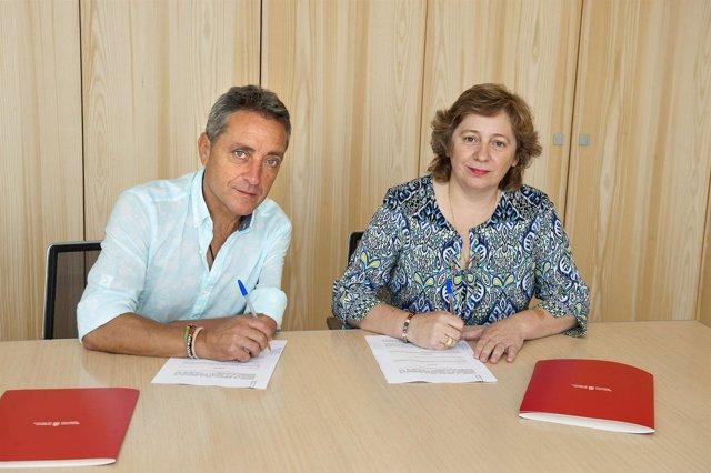 La consejera y el alcalde de Carcastillo firman el convenio