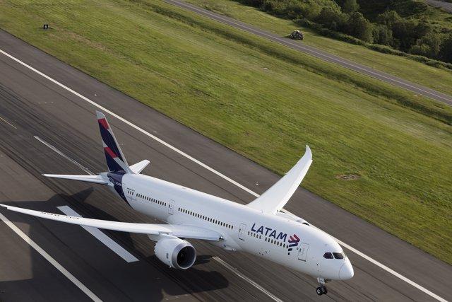 Avión LATAM Boeing 787 Dreamliner despegando
