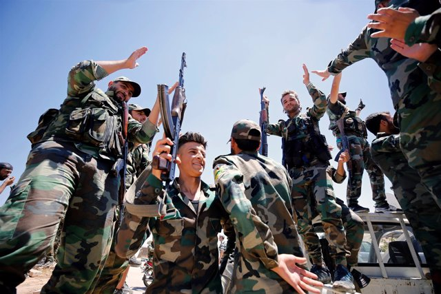 Militares sirios celebran en Quneitra