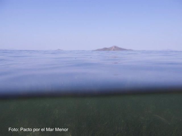 Imagen del Mar Menor con la Isla del Barón al fondo