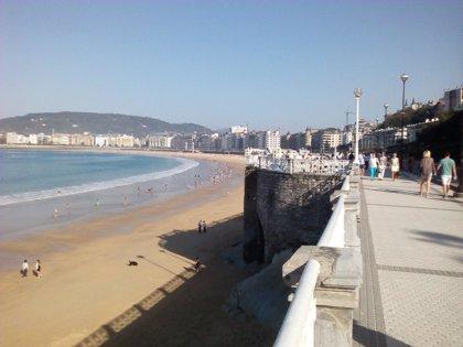 La bandera roja ondea en la zona de Sagües de la playa de la Zurriola en San Sebastián