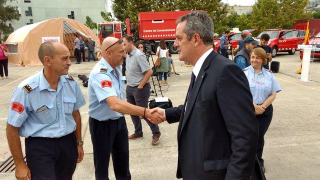 El exconseller de Interior, Joaquim Forn, saludando a los Bomberos