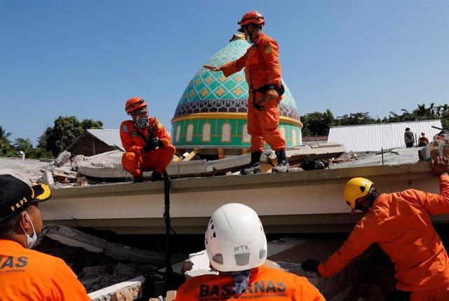 Búsqueda de víctimas tras el terremoto en la isla indonesia de Lombok