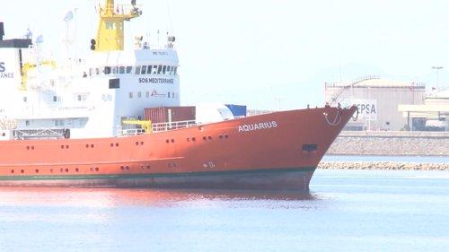 El Aquarius entra por la bocana del Puerto de València
