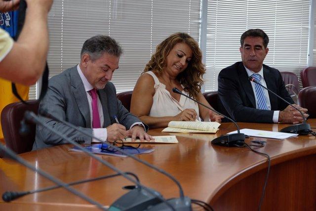 Pedro Justo Brito y Cristina Valido firmando el acuerdo de dependencia