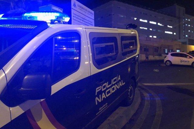 Furgón de la Policía Nacional en el exterior del Hospital La Candelaria