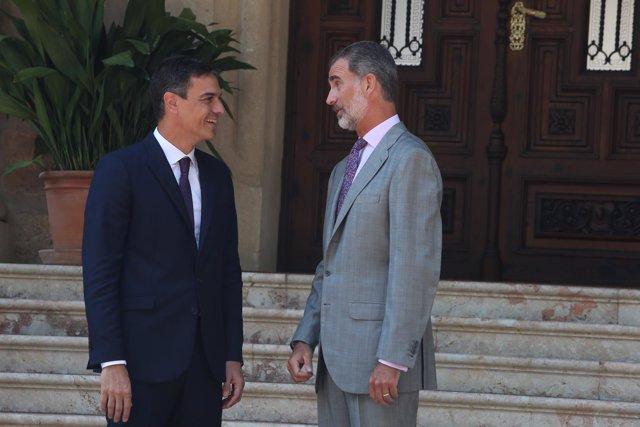 El presidente del Gobierno, Pedro Sánchez, despacha al Rey felipe VI en el Palac