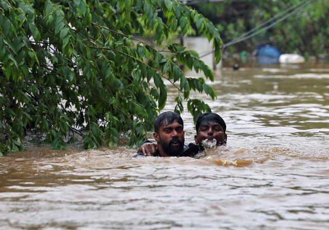 Un hombre rescata a otro en las inundaciones en Kerala