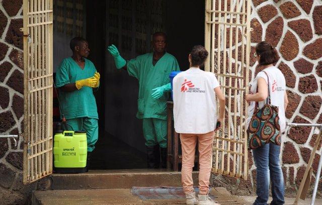 Personal sanitario y de MSF en una unidad para atender a enfermos de ébola