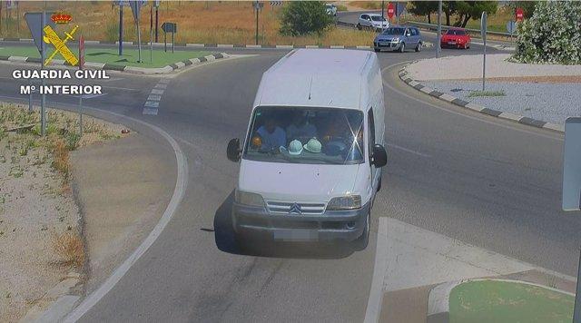 La furgoneta en la que se desplazaban como si fueran obreros