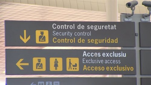 Señalítica de controles de seguridad en un aeropuerto de Aena
