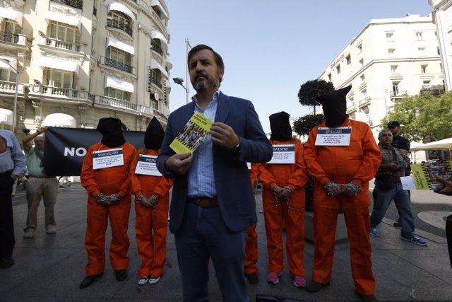 HazteOir.org, con Ignacio Arsuaga, lleva su autobús frente al Congreso