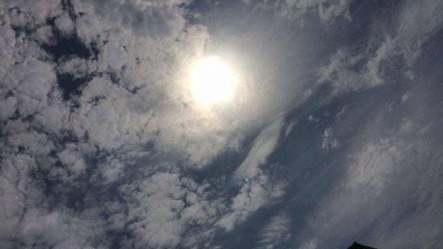 El sol brilla entre las nubes altas