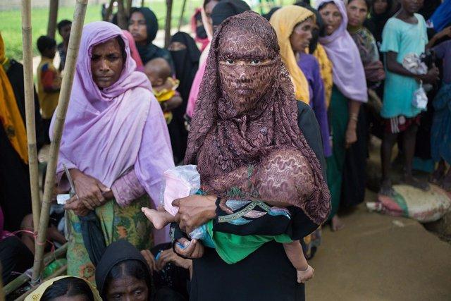 Adolescente rohingya con un bebé en brazos