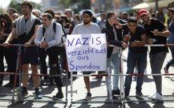 La Policia berlinesa es prepara per la marxa neonazi d'avui en commemoració de Rudolf Hess (REUTERS / CHRISTIAN MANG)