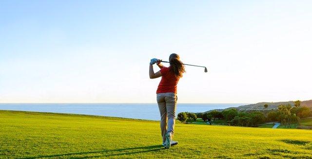 Golfista golf campo málaga costa del sol juego jugadora destino ocio turismo