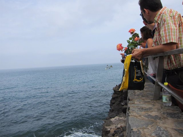Los familiares y amigos del accidente del JK5022 lanzando flores al mar