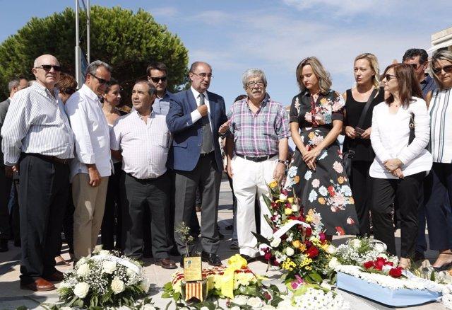 Lambán junto al marido de la fallecida en el atentado de Cambrils.