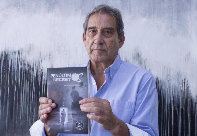Psiquatra Antonio Cerezo con su nuevo libro