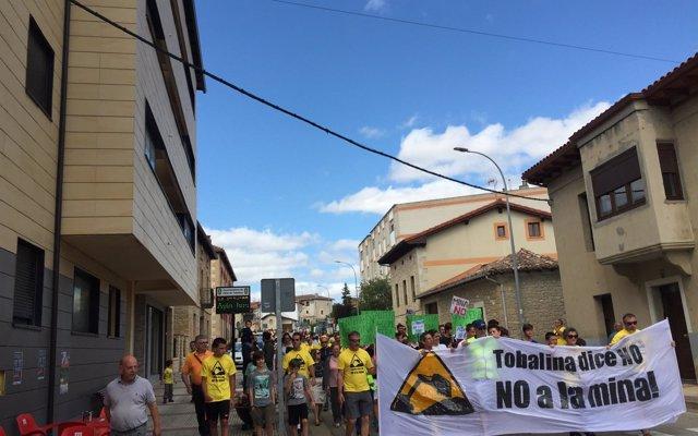 Un millar de personas se manifiesta contra la cantera en el Valle de Tobalina