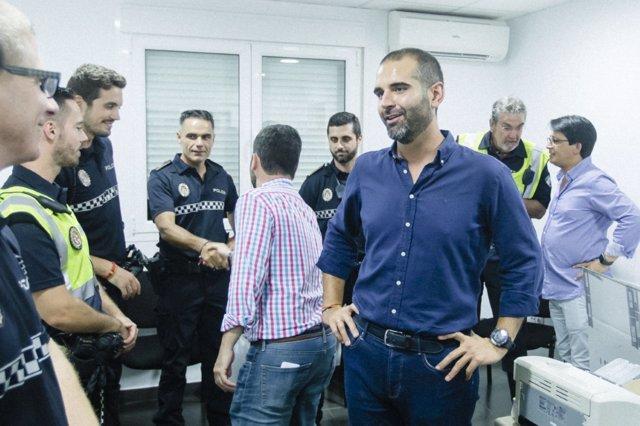 Ramón Fernández-Pacheco con los equipos de seguridad en la Feria