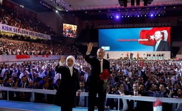 Recep Tayyip Erdogan y su mujer Emine en Ankara