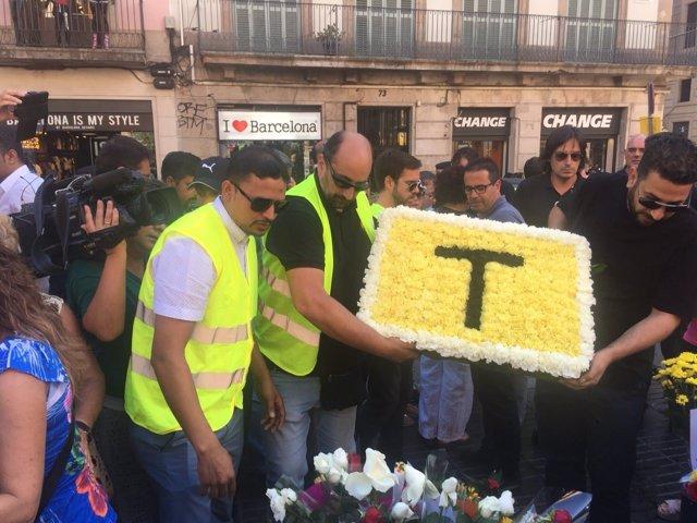Ofrenda floral de taxistas de Barcelona en homenaje a las víctimas del 17A