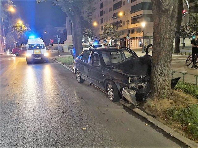 Coche empotrado contra un árbol en Badajoz